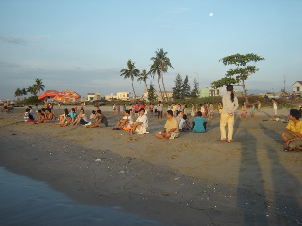 Parents watching lesson 1 at Son Tra Beach at 5:30am