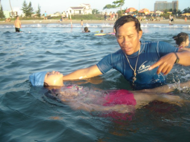Senior Lifeguard/Trainer Mr N.T. Cuong teaching a student at Son Tra Beac