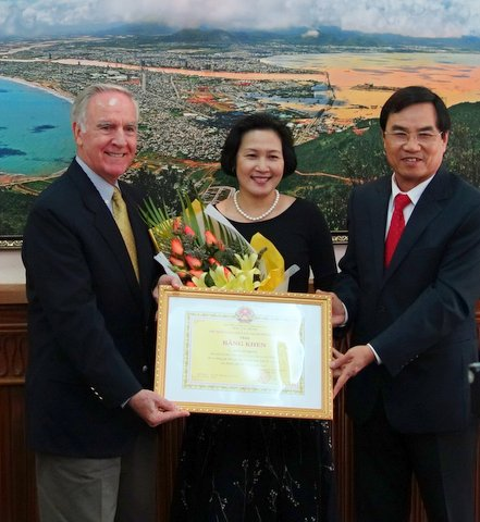 Mr Phung Tan Viet awarded the Danang People's Committee Certificate to Pete and Vi Peterson